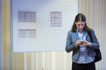 Postdoc in front of the interview schedule © Kay Herschelmann/BMS © Kay Herschelmann/BMS